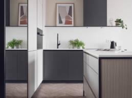 małe mieszkanie-projekt małego salonu-ciemna zabudowa w kuchni- czarne meble-jak zaprojektować male mieszkanie- czerń i biel-salon- golaska studio - architekt wnętrz zielona gora